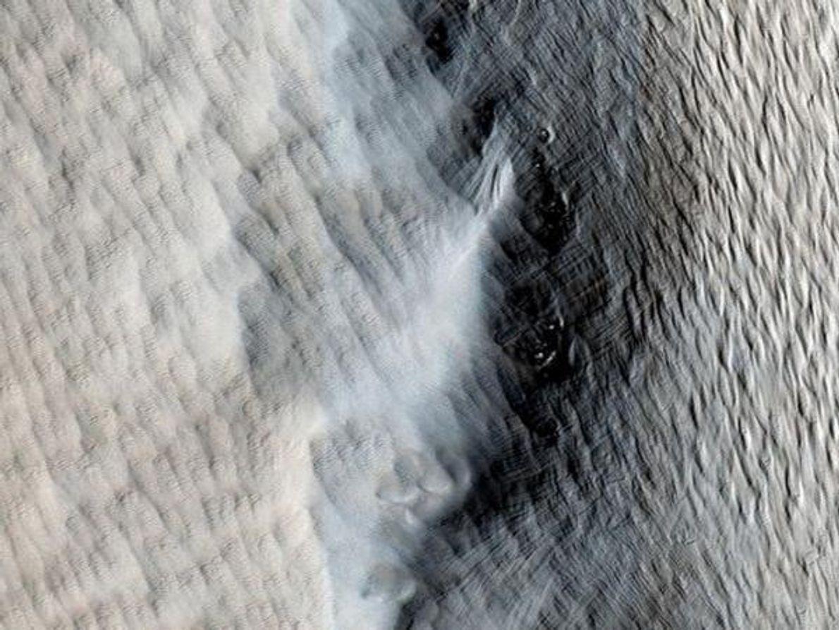 Un manto de polvo envuelve parte del volcán marciano de Tharsis Tholus en esta fotografía publicada el …