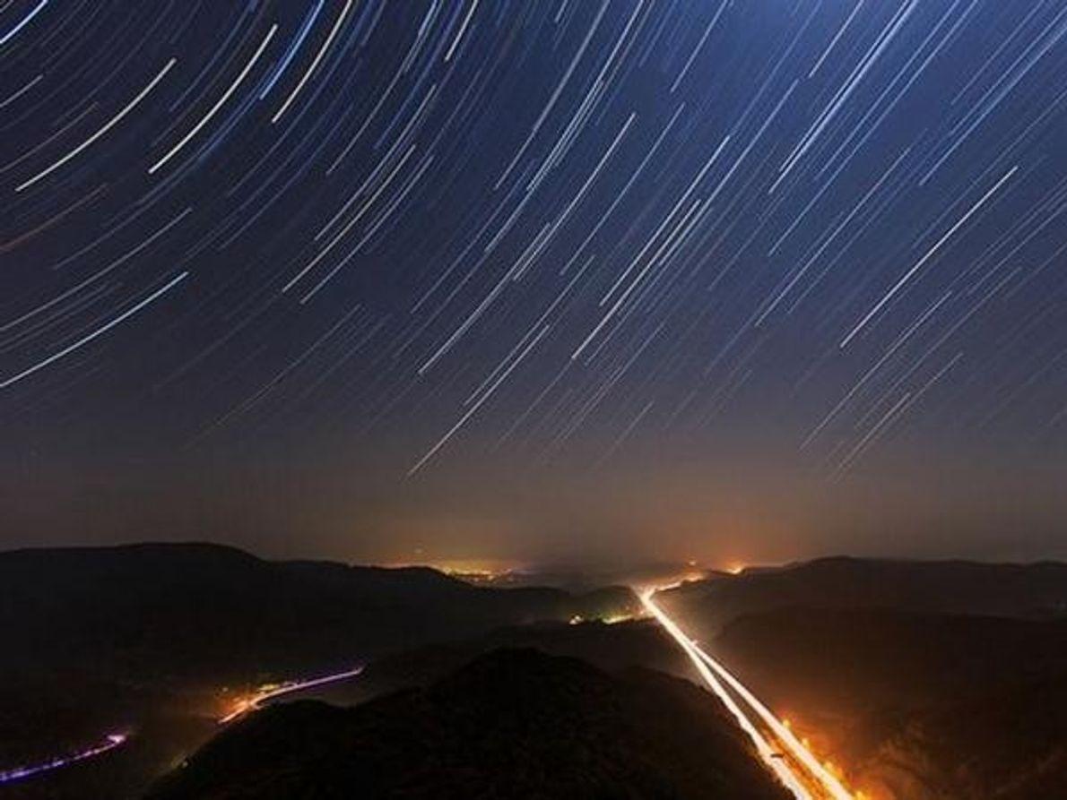 Esta espectacular fotografía nos muestra las estelas de miles de estrellas sobre el cielo de Corea del Sur, …