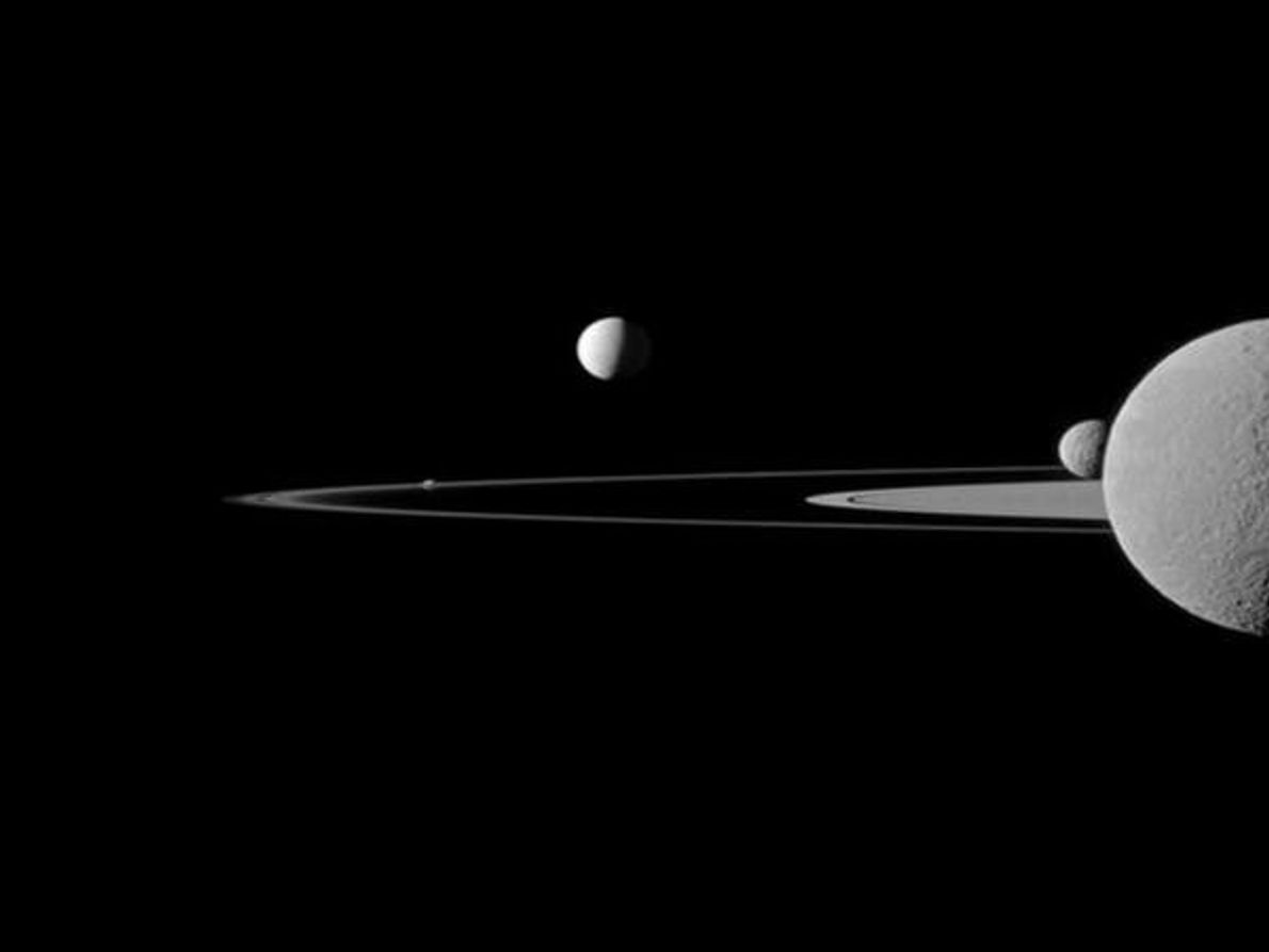 Un grupo de satélites de Saturno baila con elegancia sobre los famosos anillos del planeta en esta …
