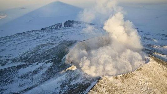 Descubren un volcán activo bajo la Antártida