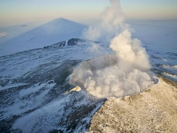 La cima del Monte Erebus proyecta una larga sombra sobre el Mar de Ross.