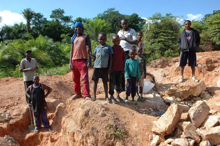 Los niños trabajaban con sus padres, ayudando a preparar el mineral, llevando y vendiendo bienes a ...