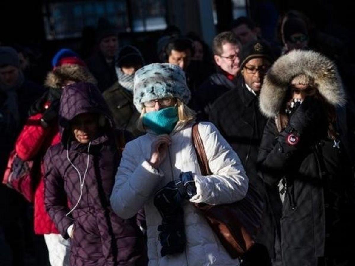 Trabajadores de Nueva York se enfrentan a las gélidas temperaturas de camino a sus oficinas (7 de …