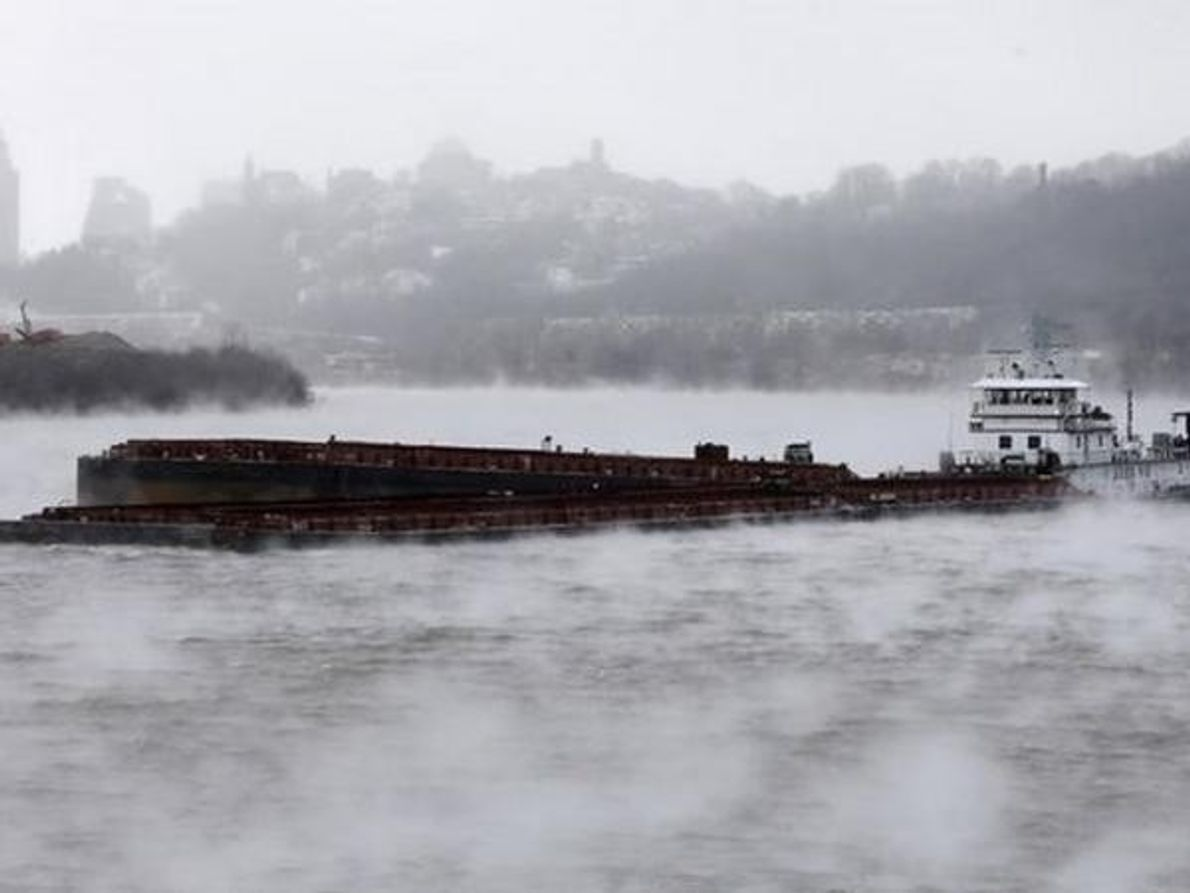 Una barcaza se abre camino en el río Ohio (6 de enero). Al descender las temperaturas por …