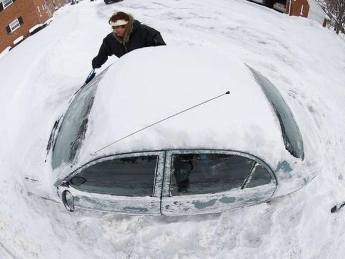 Marguerite Johnston desentierra su coche en Grosse Pointe (Michigan). En algunas aéreas del estado ha habido hasta 38 …