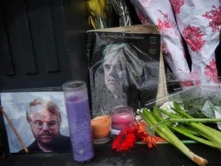Una vigilia fuera del apartamento del aclamado actor, donde fue encontrado muerto con una jeringuilla en ...