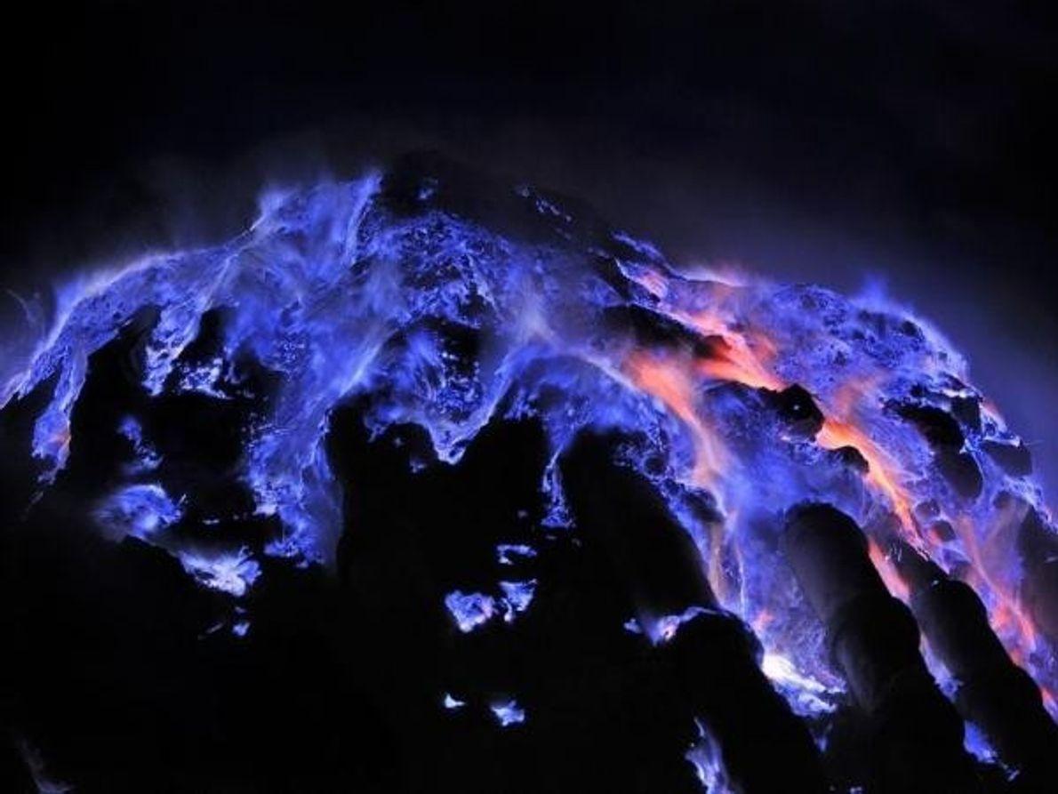 El fotógrafo Olivier Grunewald ha documentado durante años el volcán Kawah Ijen de Indonesia, donde el deslumbrante …