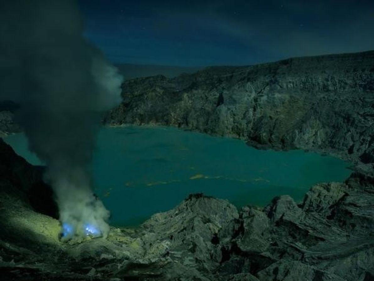 El lago del cráter del volcán es el cuerpo de agua con ácido clorhídrico más grande del mundo. …