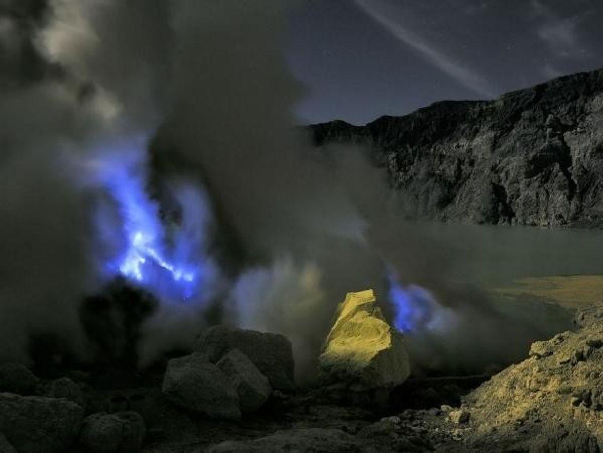 Cada día el cráter acoge a los trabajadores que golpean las placas del azufre puro solidificado, cargándolo a …