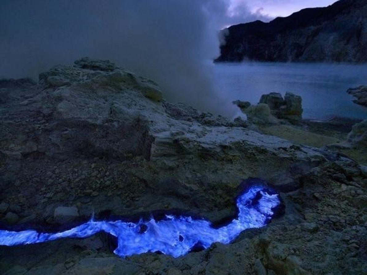 Un río de azufre fluye cerca del lago de ácido de Kawah Ijen. Cuando Grunewaldestá en la zona para …
