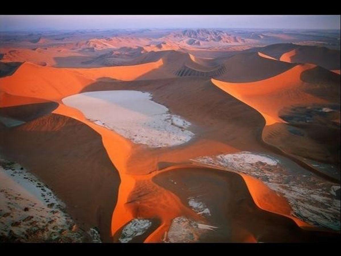 Se trata de un desierto costero único en su género con vastas extensiones de campos de dunas …