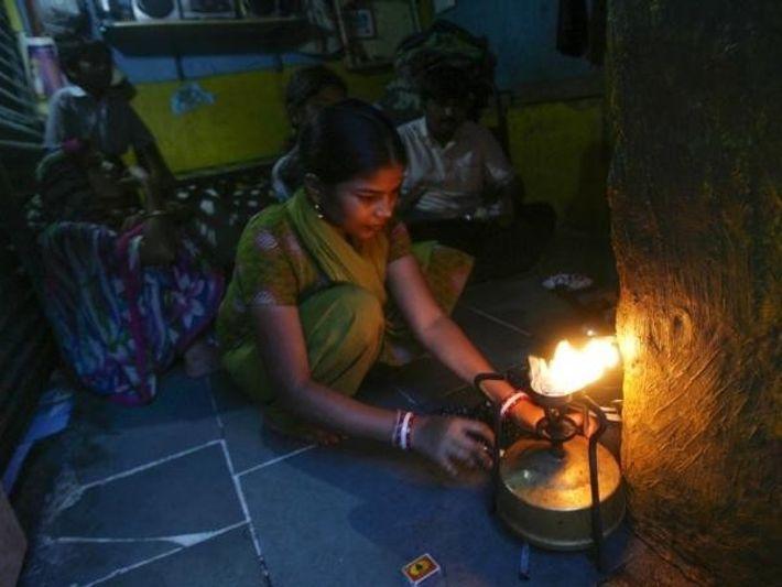 Una mujer cocina en su chabola en Mumbai.