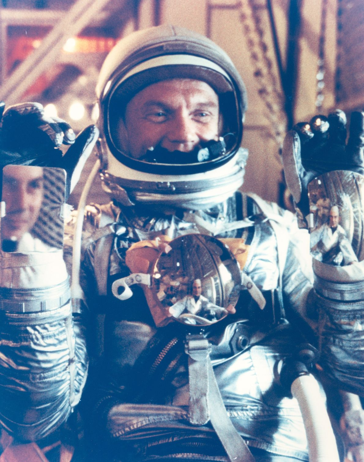 John Glenn posa con su traje Mercurio