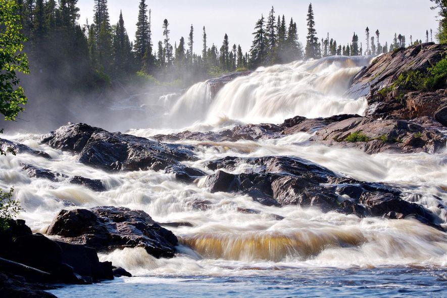 El agua cae por las cataratas de White Bear River en Labrador, Canadá.
