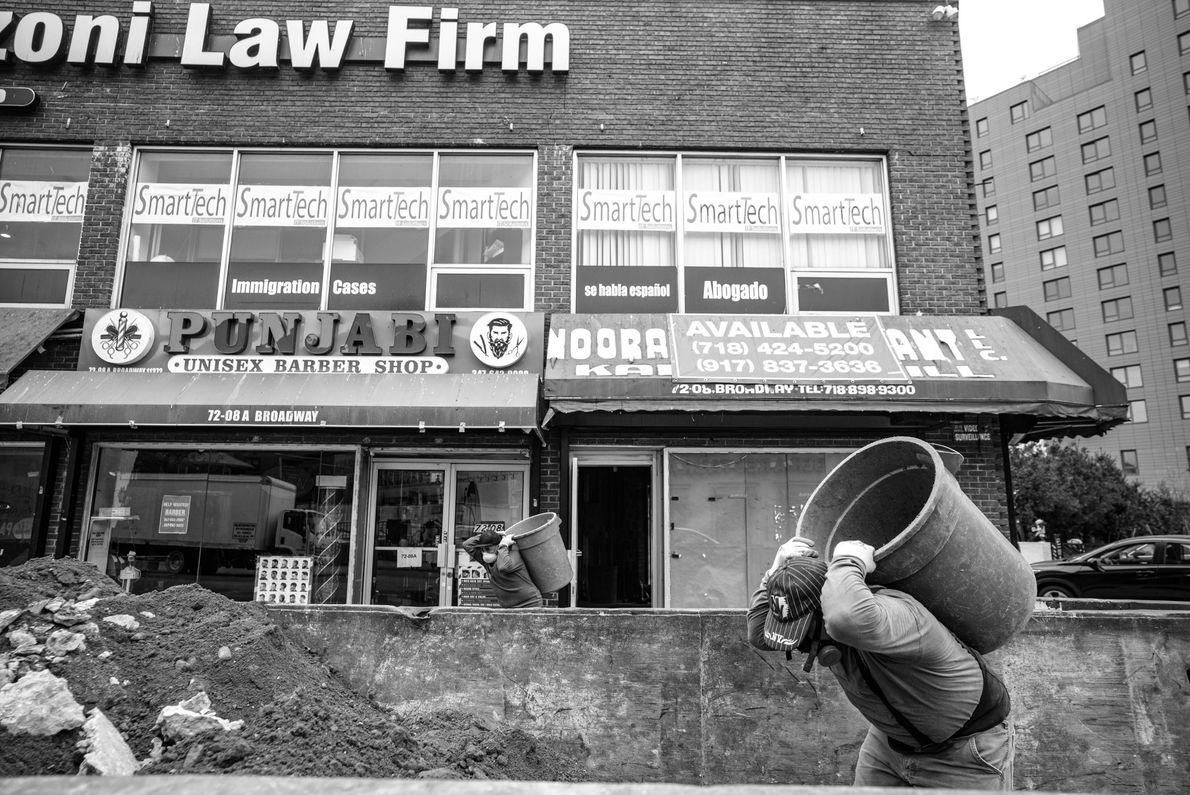 Obreros retirando escombros