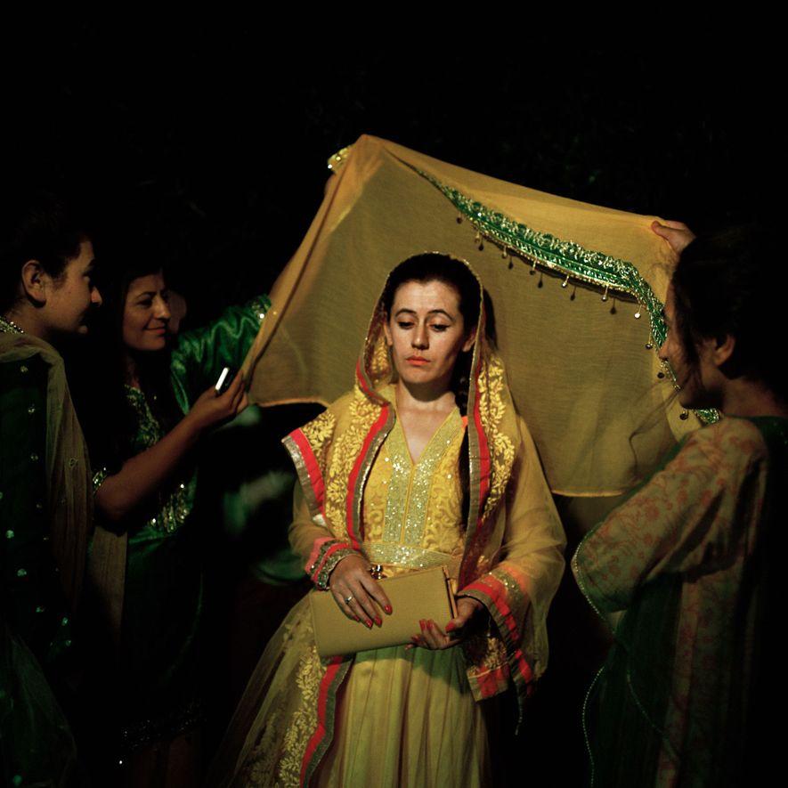 Una novia ismaelita participa en uno de los muchos rituales matrimoniales en el valle de Hunza. La novia se casa por amor, no por un acuerdo familiar.