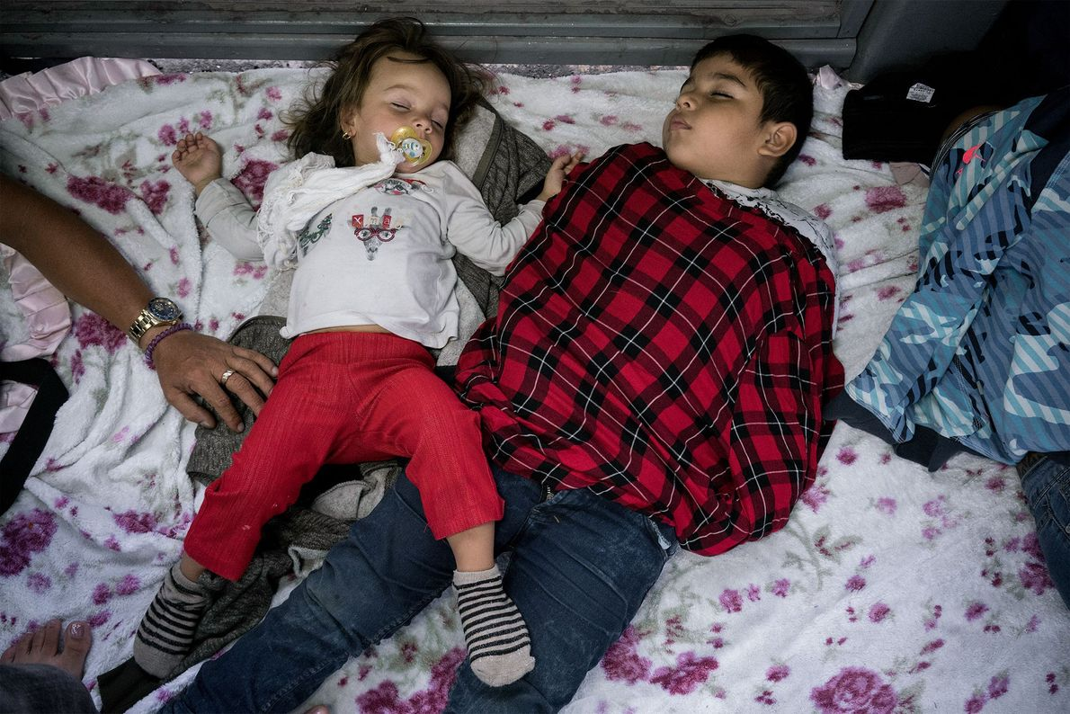 Dos niños duermen