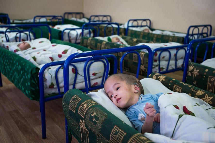 Rustam Janabaev, de 6 años, yace en su cama en un ala del Centro Infantil de ...