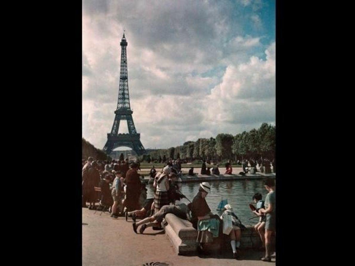 Unos niños juegan con sus barcos con la Torre Eiffel de fondo, julio de 1936.