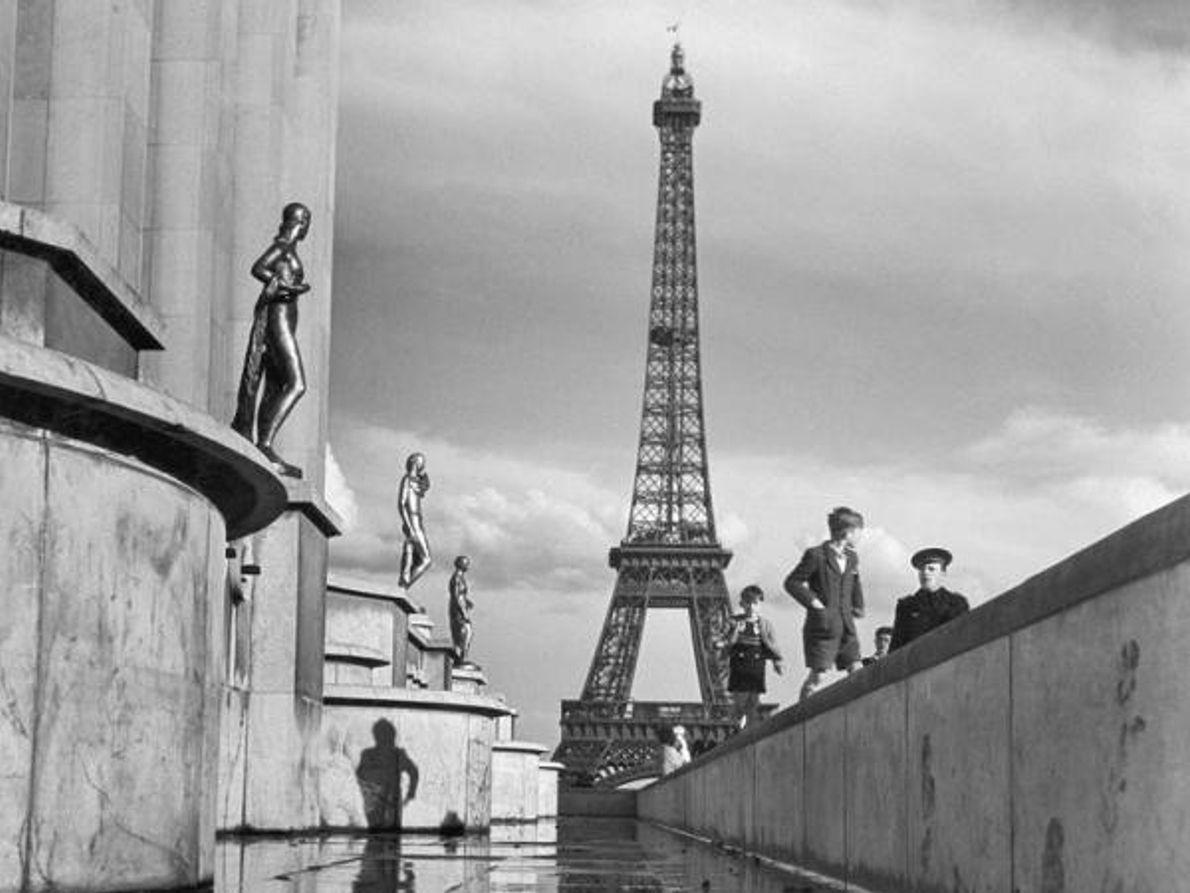 La construcción de la Torre Eiffel, aquí en diciembre de 1946, finalizó en 1889 para la ...