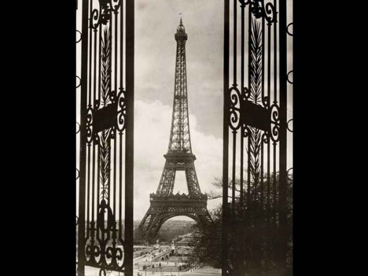 La puerta del Trocadero enmarca la Torre Eiffel en julio de 1921.