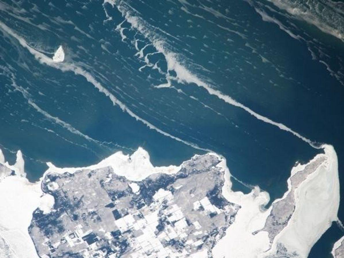Serpientes de hielo parten de la costa de la Isla Washington del Lago Michigan en esta …