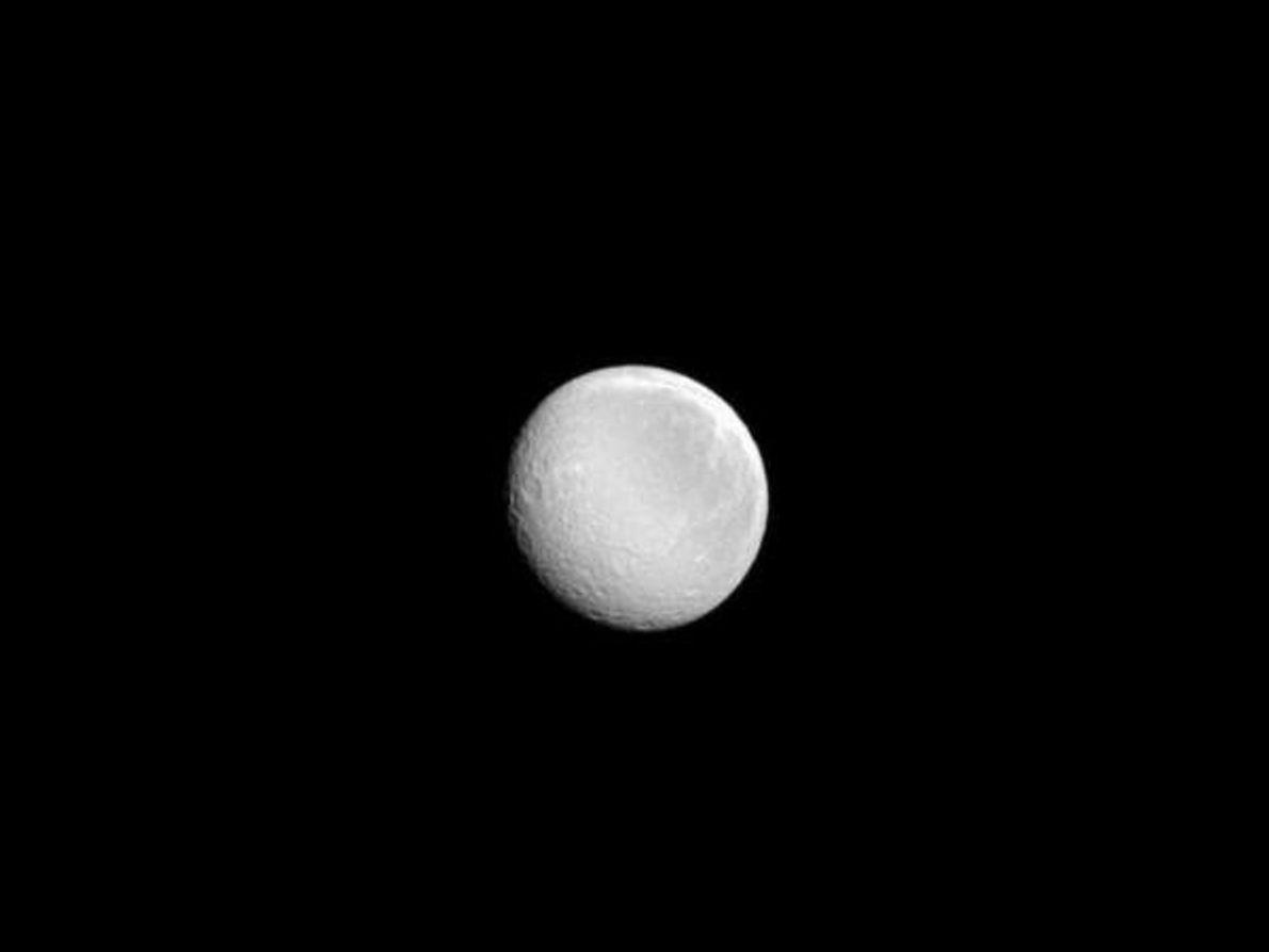 Rea, el segundo satélite más grande de Saturno, brilla con fuerza en esta imagen tomada por …