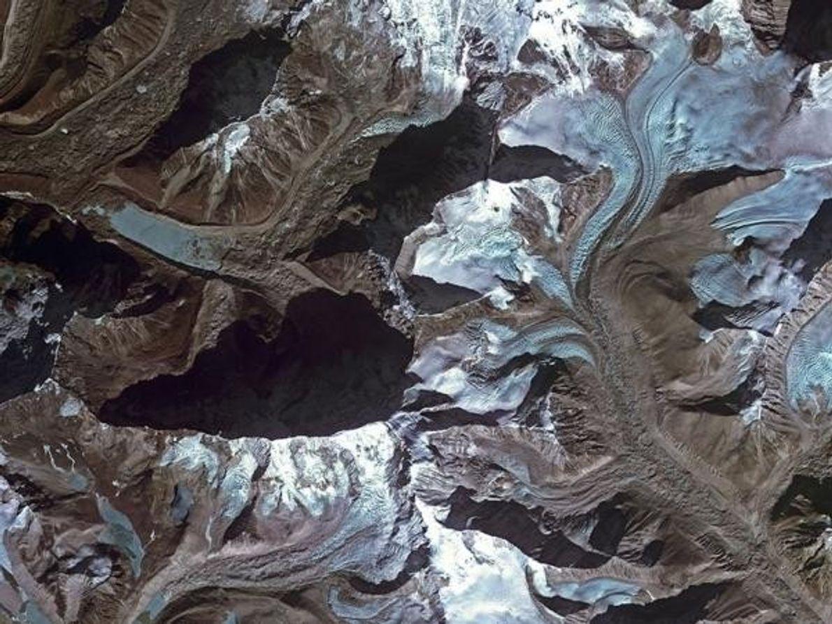 En Nepal, el deshielo de los glaciares forma un lago en el Himalaya en esta imagen …