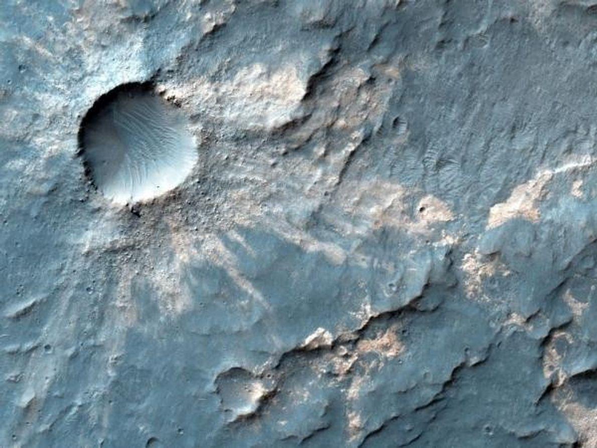 Este cráter marciano parece joven, quizá de unos pocos miles de años. El polvo eyectado muestra …