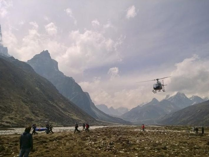 El cuerpo de un sherpa fallecido como consecuencia de la avalancha del viernes es transportado en ...
