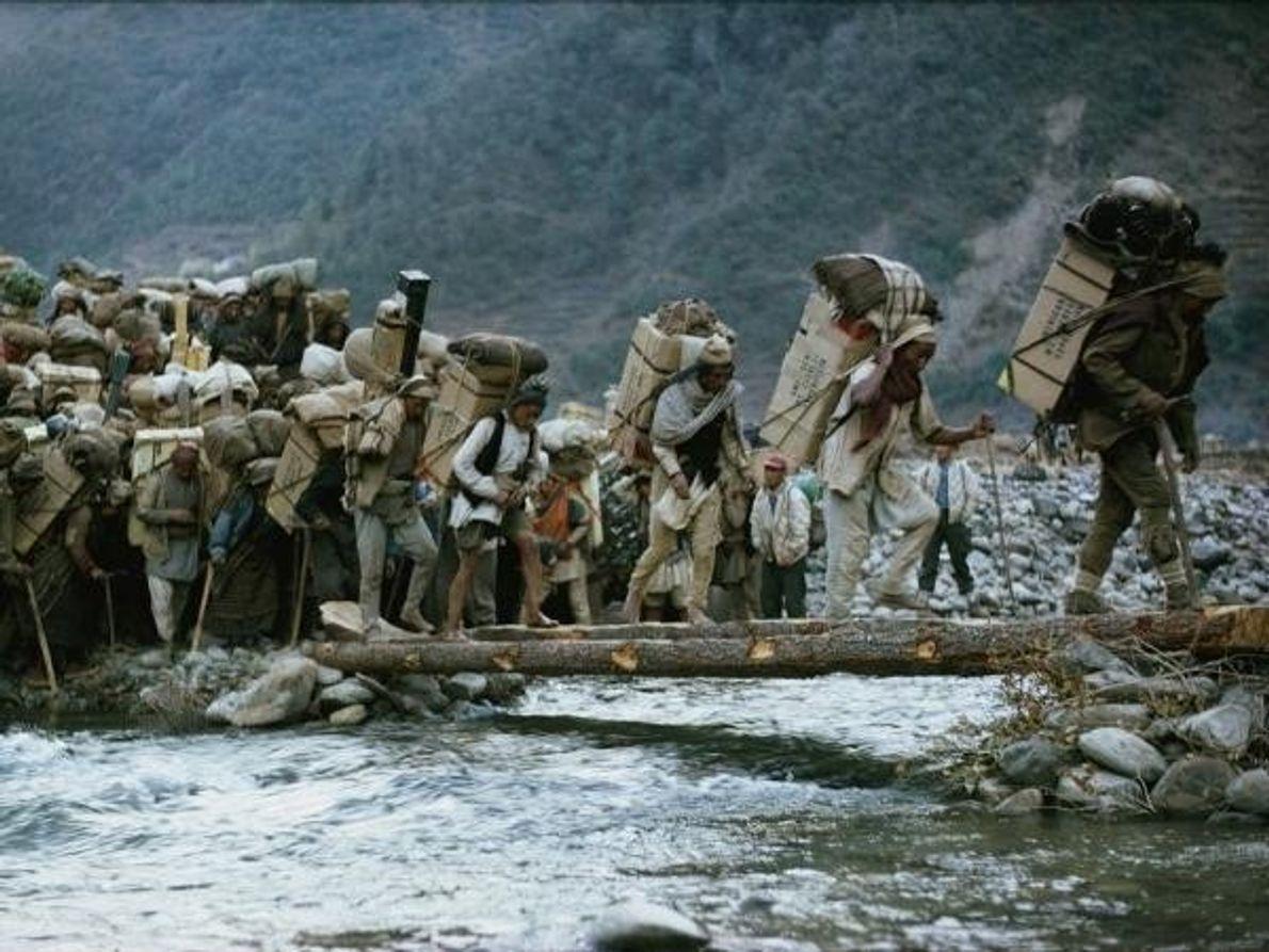 De camino a la «guerra contra la montaña», como la llamó el jefe de la expedición Norman …