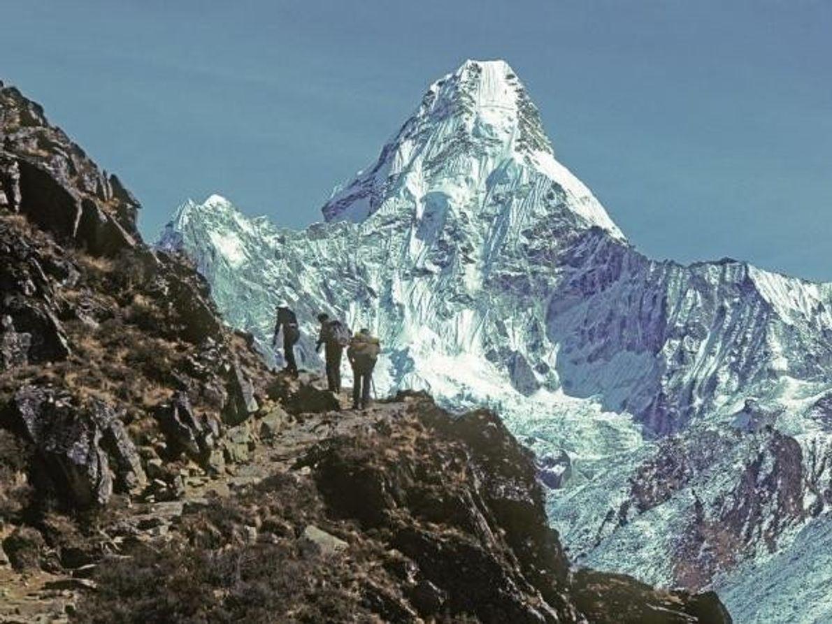 Escaladores se dirigen al Everest en 1979 pasando frente al hermoso Ama Dablam, de 6865 metros. La …