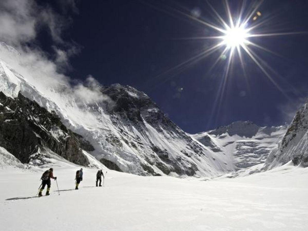 Miembros de la expedición de 2007 atraviesan un campo de nieve de camino a la cara norte …