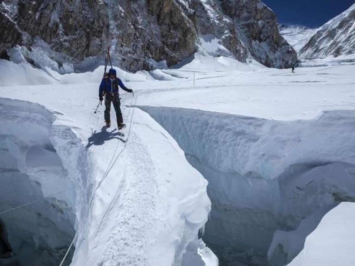 Un escalador cruza un estrecho puente de hielo en la llamada cascada de hielo Khumbu en 2012. …