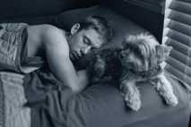 Un adolescente duerme en Misuri (Estados Unidos).