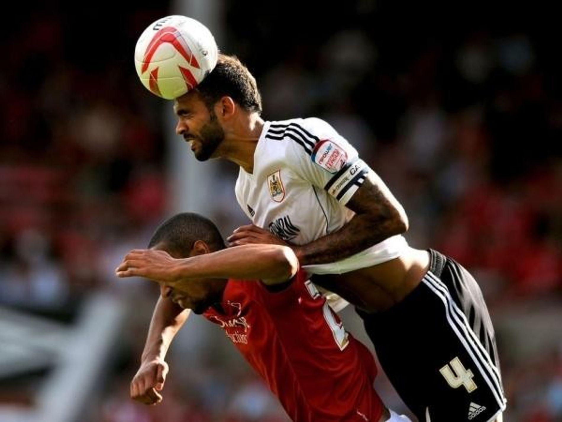 Dos jugadores se pelean por el balón.