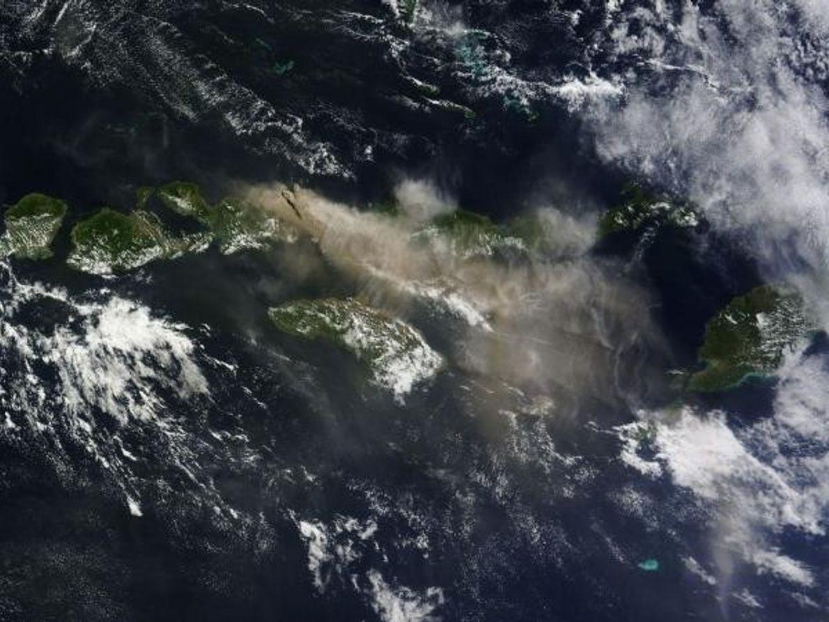 Humo volcánico en Indonesia
