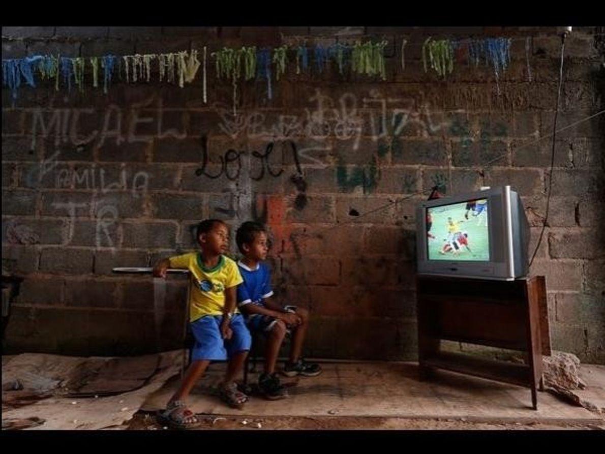 Aficionados en las favelas