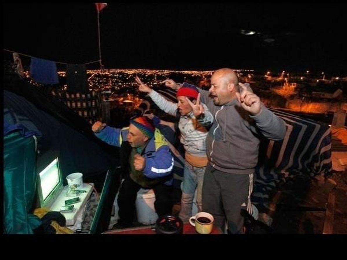 En Las Cañas (Chile), unos aficionados celebran la victoria de su país (3-1) ante Australia el …
