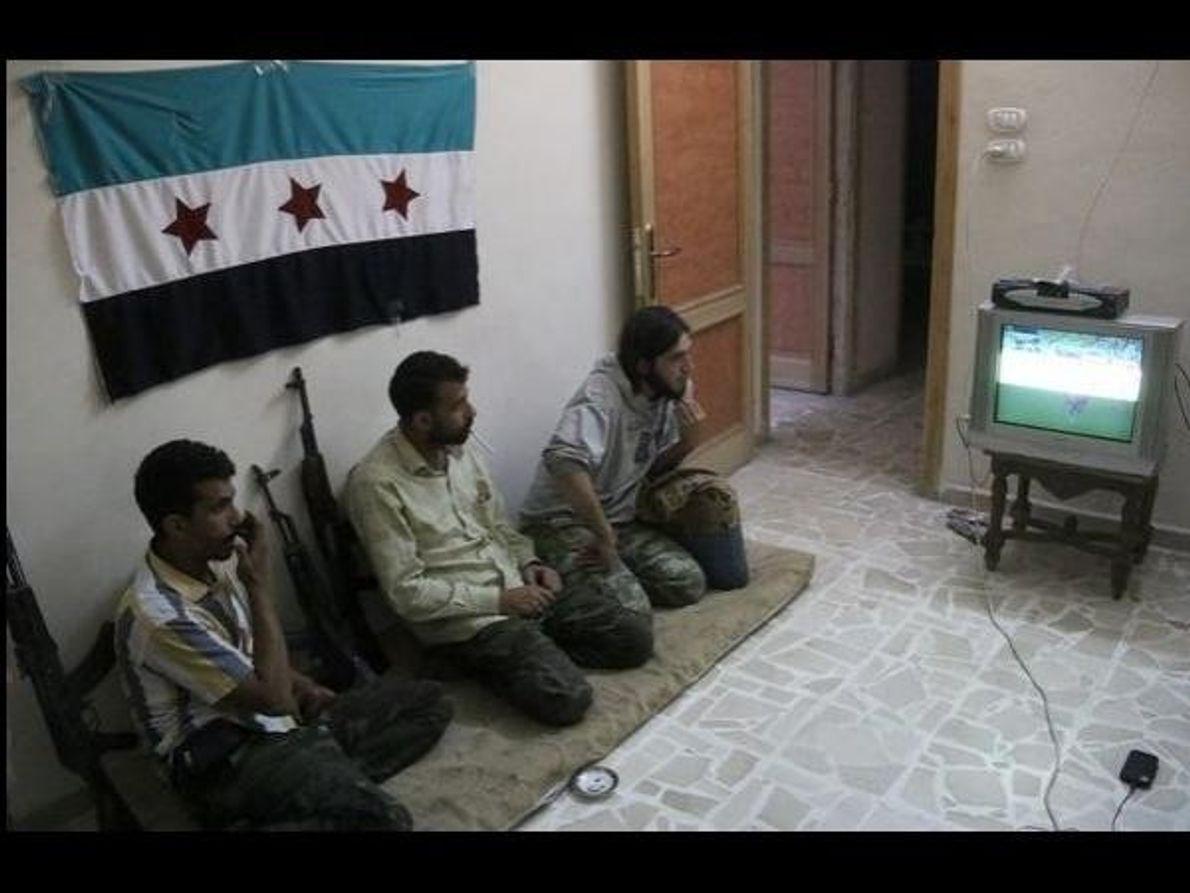 Combatientes rebeldes en Alepo (Siria) ven el encuentro Brasil-Croacia el 12 de junio de 2014. El …