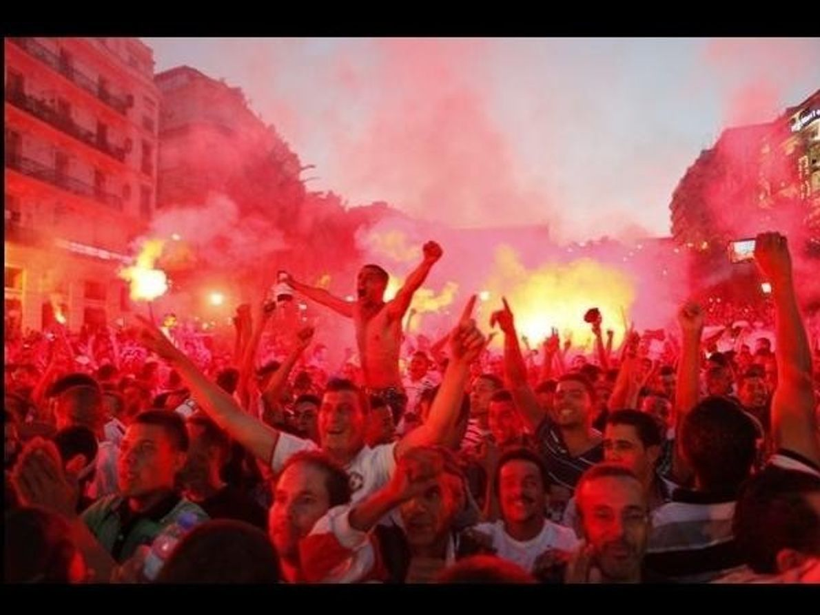 Los aficionados celebran en Argel, ante pantallas gigantes, la victoria de Argelia contra Corea del Sur …