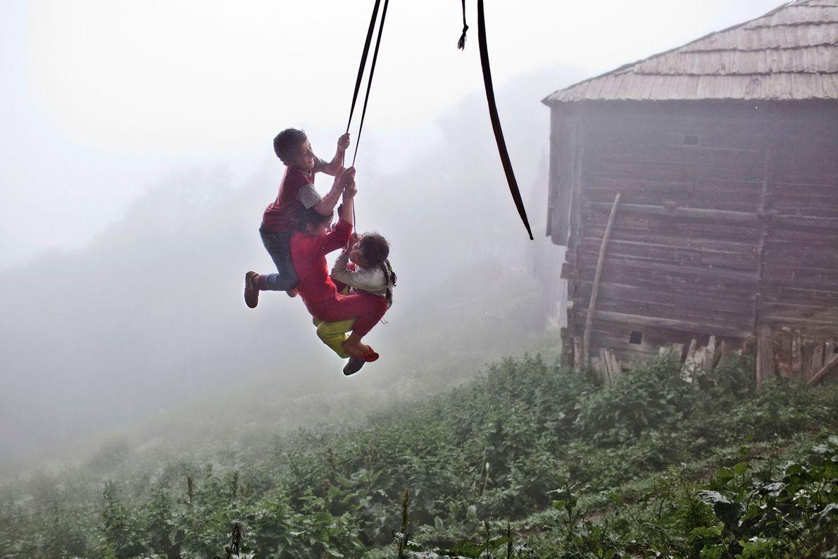 Imagen de unos niños columpiándose en una cuerda