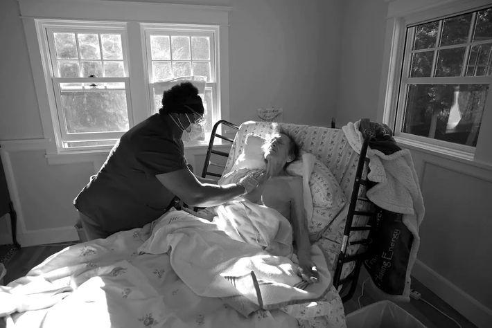 Delores Jetton atiende a un paciente