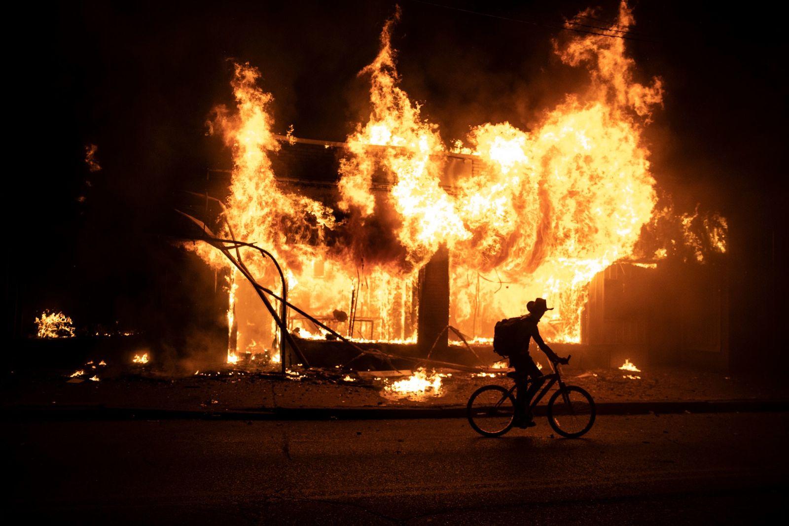 Un manifestante en bicicleta