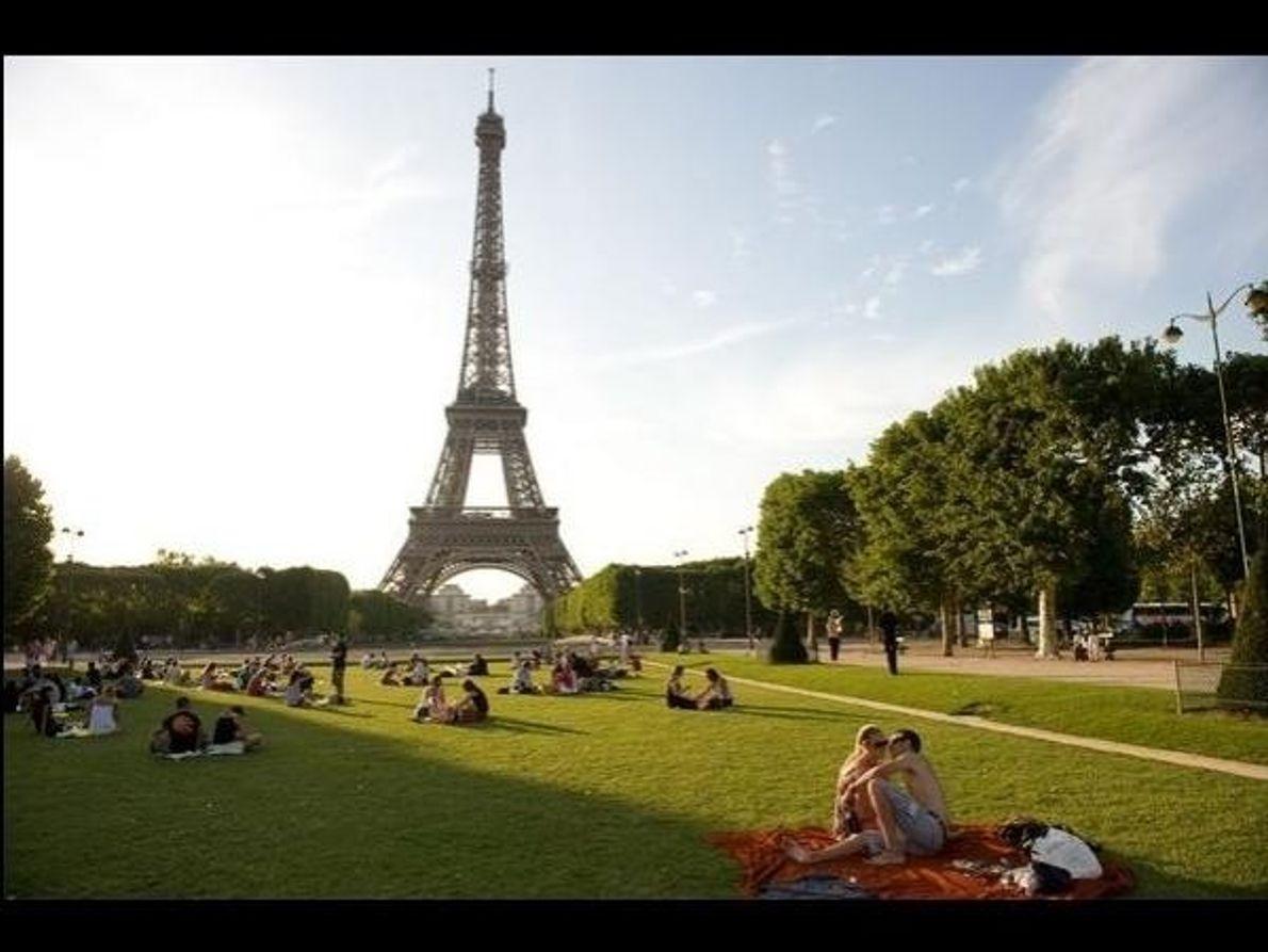 Junto a la torre Eiffel
