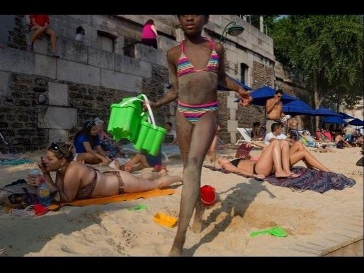 La playa artificial que montan en París a orillas del río Sena permite a sus habitantes disfrutar …