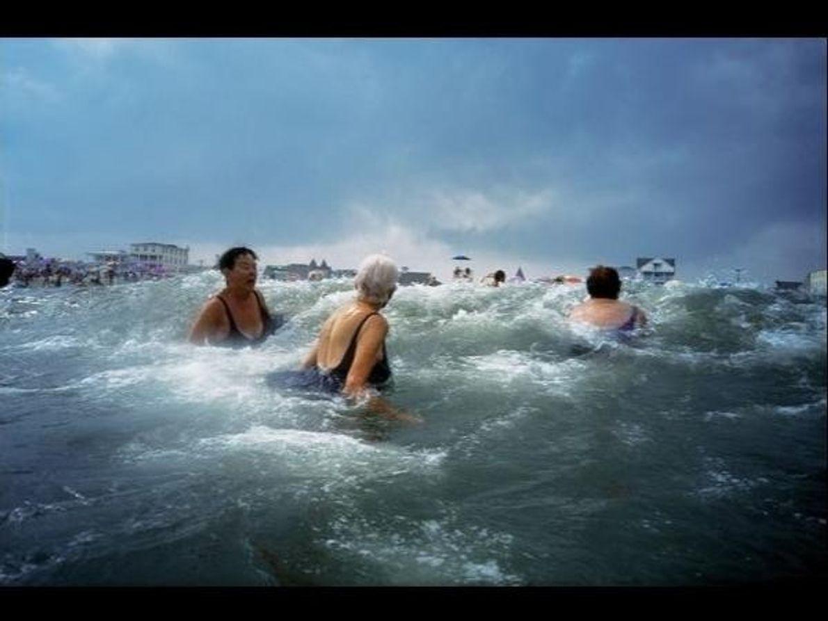 Bañistas disfrutan de las olas del océano Atlántico en Ocean Grove (Nueva Jersey, Estados Unidos).