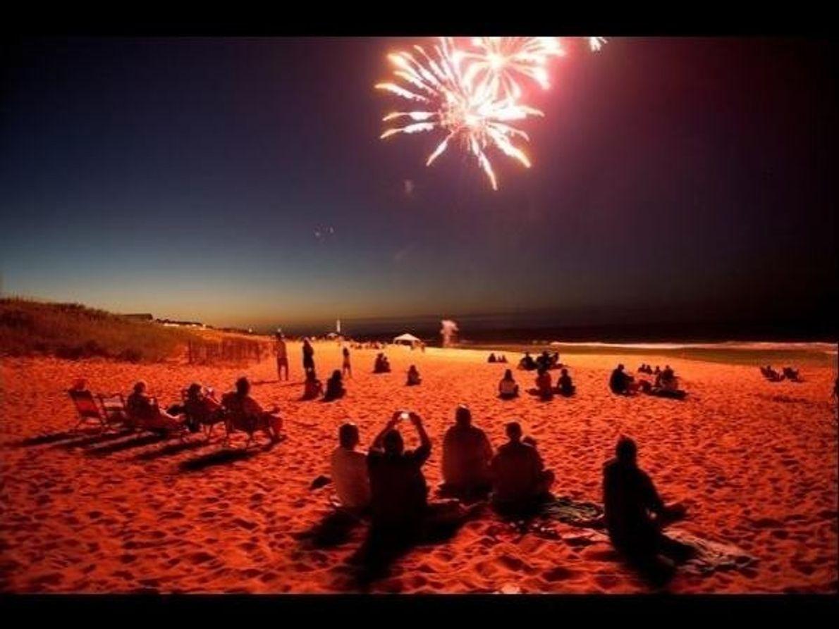 Fuegos artificiales del 4 de julio en una playa de Carolina del Norte en 2010.