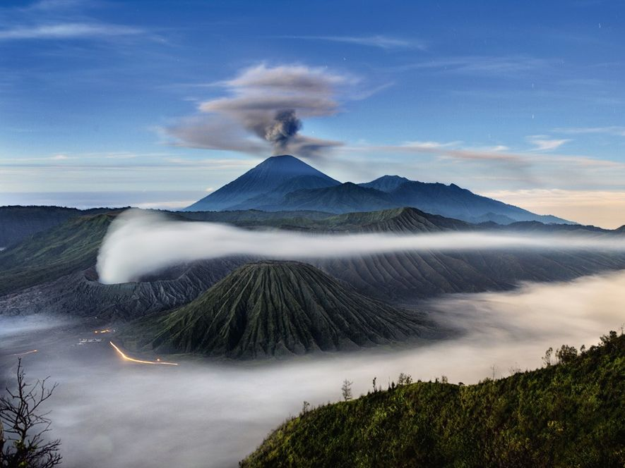 El Semeru, que vemos aquí con una columna de ceniza, es el volcán más alto de ...