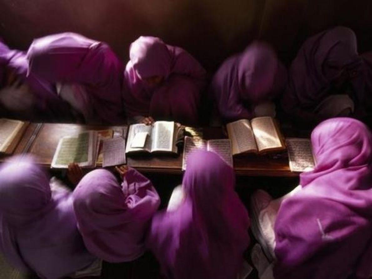 Niñas en Pakistán se concentran en sus libros.